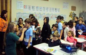 A veterinária Camila Casanova durante atividade com os alunos da escola Nossa Senhora de Fátima