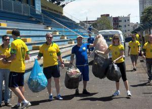 Colaboradores da Secretaria do Esporte recolheram vários sacos de resíduos durante limpeza no Anilado; ação também aconteceu em outras praças esportivas
