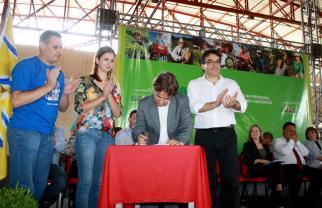 Durante assinatura do contrato para Feira do Produtor