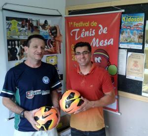 Secretário Edio Vescovi e o coordenador da competição, Edenir Tabaldi, com as bolas que serão utilizadas nos jogos da final, domingo
