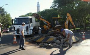Rotatória em frente a Câmara de Vereadores é removida
