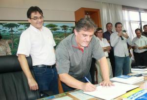 Scirea assina o livro de posse, observado por Cantelmo Neto