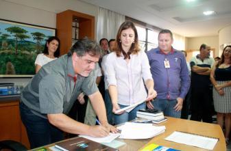 Em seu primeiro ato como prefeito, Scirea assinou o termo de cooperação para construção de 116 casas para famílias do interior, observado pela secretária Daniela Celuppi e Elizandro Krajczyk, da Cooperhaf