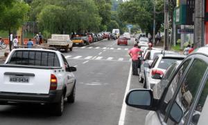 Da rotatória do Glória até a Prefeitura, pista da Tenente Camargo foi ampliada com a extinção do estacionamento obliquo e implantação do estacionamento paralelo nos dois lados da via