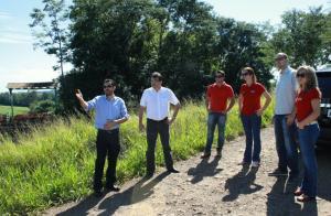 Elisandro Carles, Cantelmo Neto, Evandro Wessler, Daniela Celuppi, Roberto Machado e Jovelina Chaves no local que poderá ser pavimentado para ligar a rodovia até o Jacaré e depois à Alcast