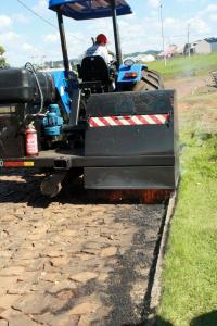 Novidade, a máquina incinera pequenos vegetais que nascem entre as pedras de calçamento e na encosta do meio fio já está sendo utilizada em Beltrão