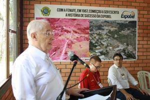 Dr. Mário Vargas, presidente do Rotary na época, fala no evento de homenagem aos pioneiros da Fenafe, observado por Antonio Pedron e o prefeito Cantelmo Neto
