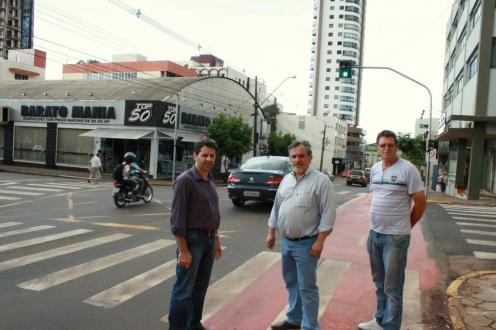 Rudi Czerniaski (Debetran), Eduardo Scirea (Planejamento) e Irineu Flach observam a sincronia dos tempos de abertura dos semáforos