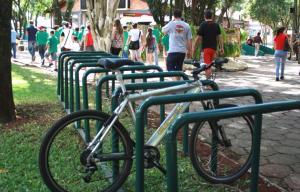 Um dos paraciclos está instalado na entrada principal do parque; equipamento permite prender a bicicleta pelo quadro e aros, evitando furtos