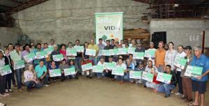 Produtores receberam as placas em evento, sexta-feira, no Assentamento Missões