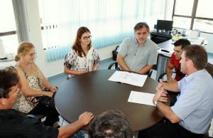 Daniela Celuppi e Eduardo Scirea entregaram o projeto a representantes da associação e da comunidade de Santa Bárbara
