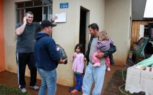 No bairro Pinheirão, famílias receberam produtos de limpeza e mantimentos logo pela manhã