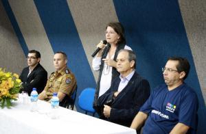 A secretária Ana Lucia Manfrói abriu o evento; na mesa também Edio Vescovi (CMDCA), capitão Rogério Pitz (PM), Gervásio Kramer (Assuntos Estratégicos) e Sergio Kupkowski (Creas)