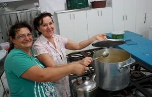 No Marrecas, voluntárias da comunidade prepararam a janta e o local que serviu de abrigo aos afetados