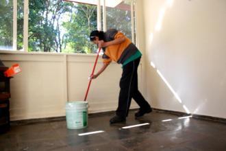 A funcionária de Serviços Gerais da Secretaria, Caroline Werle Pimenta, foi quem cuidou da limpeza da casa.