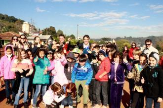 Prefeito Cantelmo Neto posa para foto com alunos após assinar a ordem de serviço para construção da nova escola São Cristóvão do bairro industrial