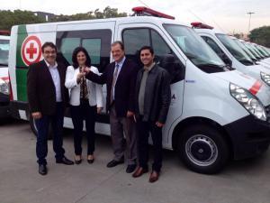 Prefeito Cantelmo Neto, secretária Rose Maria Guarda, deputado Caito Quintana e o motorista Sirineu Borba no recebimento do veículo, em Curitiba