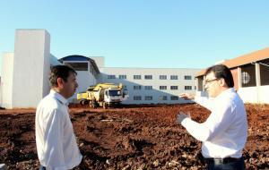 O secretário de Urbanismo, José Carlos Vieira, e o prefeito Cantelmo Neto acompanharam o trabalho de terraplenagem; antiga estrutura já foi demolida