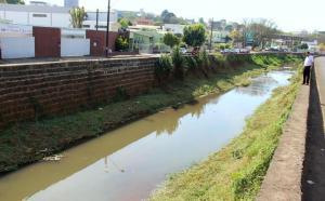 Trabalho de roçada no leito do rio reduz a incidência de insetos e animais e melhora o aspecto da canalização