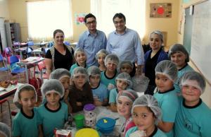 Prefeito Neto com professores e alunos da escola XV de Outubro, durante visita às dependências da unidade, que ganhará uma nova estrutura