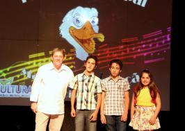 O diretor de Cultura, Miguel Seymur com os vencedores do Sertanejo: Sabino Ramos da Rosa, Igor Miranda de Oliveira e Camille Figueiró Nesi