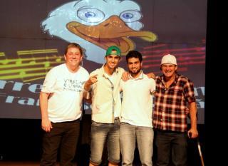 O diretor de Cultura, Miguel Seymur com os vencedores da Composição: Alexandre Batista, Daniel Schossler e Junior Trina.