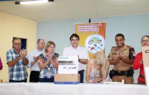Com o prefeito Cantelmo Neto, a diretora da escola Madre Boaventura, Neiva Ampolini, assina o recebimento de equipamentos utilizados pelos alunos do Tempo Integral