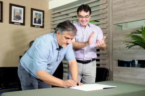 Prefeito Cantelmo Neto observa o vice Eduardo Scirea, que comandará o Município por 20 dias, durante a assinatura do termo de transmissão de cargo