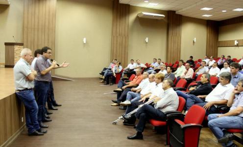 Em reunião na Amsop com prefeitos, empresários e caminhoneiros, prefeito Cantelmo Neto defendeu liberação de cargas de ração, leite e combustíveis nos bloqueios