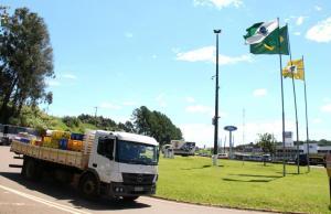 No trevo da Água Branca, em Beltrão, caminhões foram liberados para seguir passagem entre as 14h e 19h; outros bloqueios da região também liberaram o tráfego