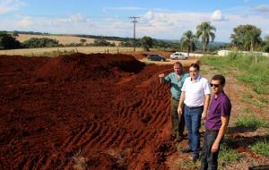 Leonir Dalazen, prefeito Cantelmo Neto e Aldair Cambui observam terreno em que será construída a nova Escola Epitácio Pessoa, em Secção Jacaré