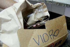 Para evitar acidentes, vidro deve ser enrolado em papel e acondicionado em uma embalagem identificada ao ser descartado