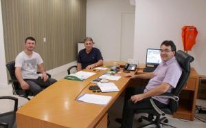 Rodrigo Possamai, vereador Ivanir 'Tupi' Prolo e prefeito Cantelmo Neto durante encontro em que o pedido de melhorias foi reforçado, nesta quinta-feira