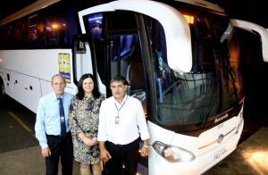 A secretária de Saúde, Rose Mari Guarda, com os motoristas Luiz Moreschi e João da Silva na primeira viagem do novo ônibus que transporta pacientes à Curitiba