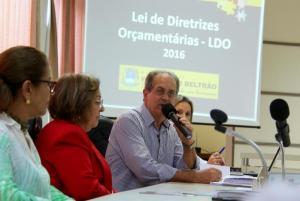 Secretário de Planejamento Gervásio Kramer durante apresentação da LDO para 2016, observado pelas vereadoras Lurdes Pazini e Elenir Maciel