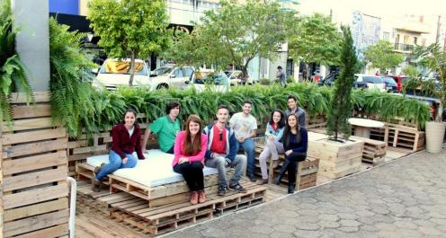 No alto da Julio Assis, parklet montado pelos cursos da Unipar em projeto da Prefeitura 'dá vida' a vagas de estacionamento