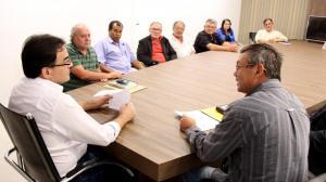 Prefeito Cantelmo Neto e o presidente da associação de moradores do padre Ulrico, Lauri Toassi, durante encontro que debateu melhorias para o bairro