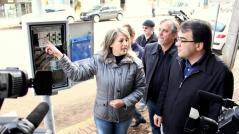 Silmara Brambilla, da Lahsa, explica ao prefeito Cantelmo Neto e ao vice, Eduardo Scirea, o funcionamento do novo equipamento que permite a sincronização dos semáforos no binário