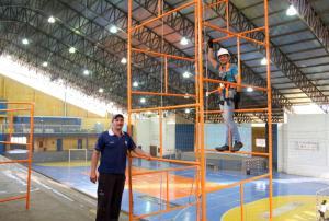 Carlão Zanette e Wesley Costa fazem parte da equipe que a partir de agora irá cuidar da manutenção da iluminação e rede elétrica em praças esportivas do município