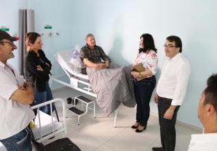 Prefeito Cantelmo Neto fez uma visita surpresa à Upa 24 Horas para conferir o atendimento dos usuários da unidade; na foto, Neto conversa com o paciente Floriano Hobold e familiares