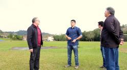 Neri Schneider, Marcio Borges e Newton Trindade durante vistoria à pista de atletismo do Industrial
