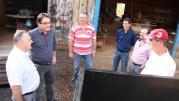 Com o secretário Viro de Graauw, prefeito Cantelmo Neto conversou com moradores do Marrecas e vistoriou o terreno em que será construído o CMEI do bairro