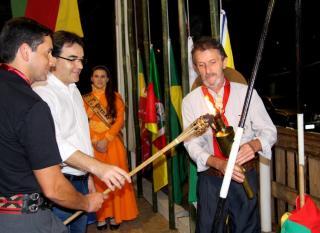 Prefeito Cantelmo Neto e o patrono da Semana Farroupilha do CTG, mj. Carlos Ramos, com o patrão Amarildo Petry, durante o acendimento da chama crioula