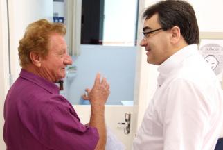 Seu Antonio Alérico elogiou o atendimento na unidade do Alvorada ao prefeito Cantelmo Neto, durante roteiro de visitas de equipe da Prefeitura às UBS da cidade