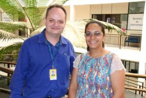 Delmar Rodrigues, dos Correios, e Valdenice Setti, da Secretaria de Educação: parceria contemplará alunos carentes