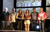 Miguel, Scirea e Neto com os vencedores do gênero Popular: Hérica Gomes da Silveira Nunes, Indianara Paes e Luciano Menegatti