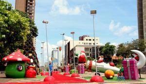 Calçadão já está recebendo a decoração de Natal; Prefeitura quer surpreender o público na abertura do próximo domingo com inovações e uso de tecnologia