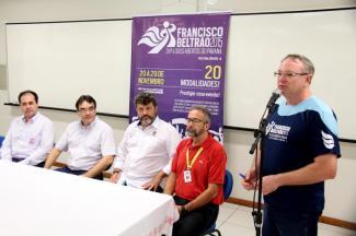 Neri Schneider fala sobre a organização dos Jogos Abertos durante café com a imprensa na Unipar, observado por Claudemir de Souza, prefeito Cantelmo Neto, Richarde Salvador e Almir Hugo Lopes
