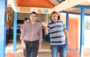 Prefeito Cantelmo Neto e o diretor Marcos Bevilaqua durante visita ao Colégio Mário de Andrade, onde a delegação de Cascavel ficará alojada