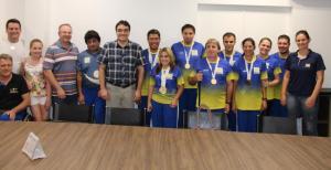 Atletas exibem orgulhosamente suas medalhas